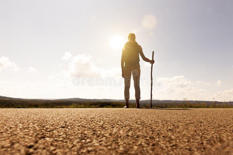 Donna del pellegrino al tramonto fotografie stock libere da diritti