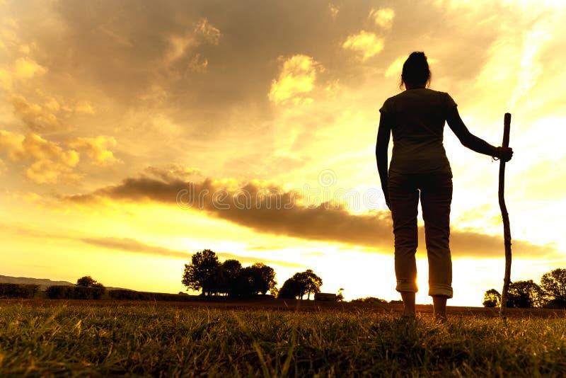 Donna del pellegrino al tramonto immagine stock libera da diritti