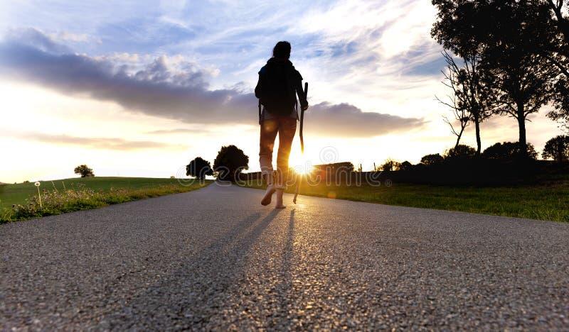 Donna del pellegrino al tramonto immagini stock