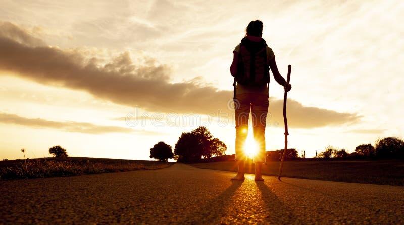 Donna del pellegrino al tramonto fotografia stock libera da diritti