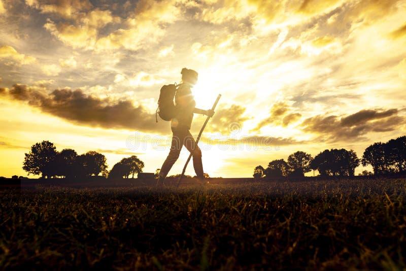 Donna del pellegrino al tramonto immagini stock libere da diritti