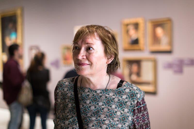 Donna del pensionato in museo di arte fotografie stock libere da diritti