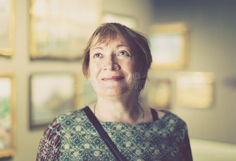 Donna del pensionato in museo di arte fotografia stock libera da diritti