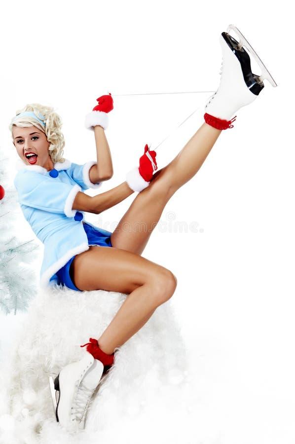 donna del pinup che trasporta un accoppiamento dei pattini di ghiaccio fotografia stock libera da diritti