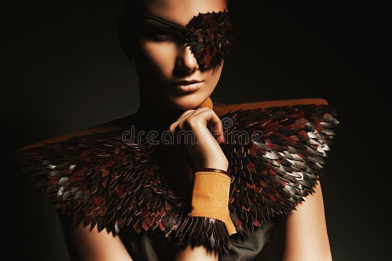 Donna del pirata in accessori marroni di cuoio fotografie stock