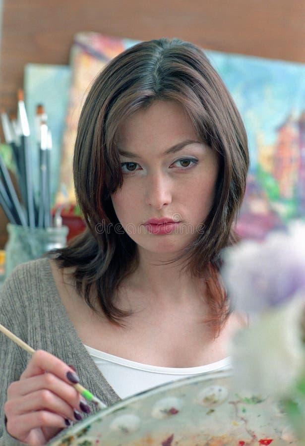Donna del pittore in studio immagini stock