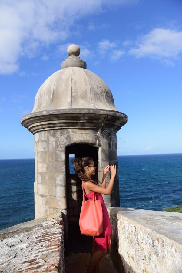 Donna del Porto Rico che prende le immagini a vecchio San Juan fotografia stock libera da diritti