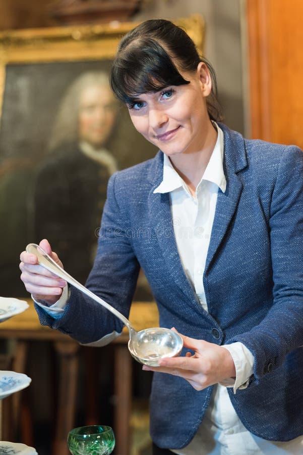 Donna del primo piano che tiene cucchiaio d'argento fotografie stock libere da diritti