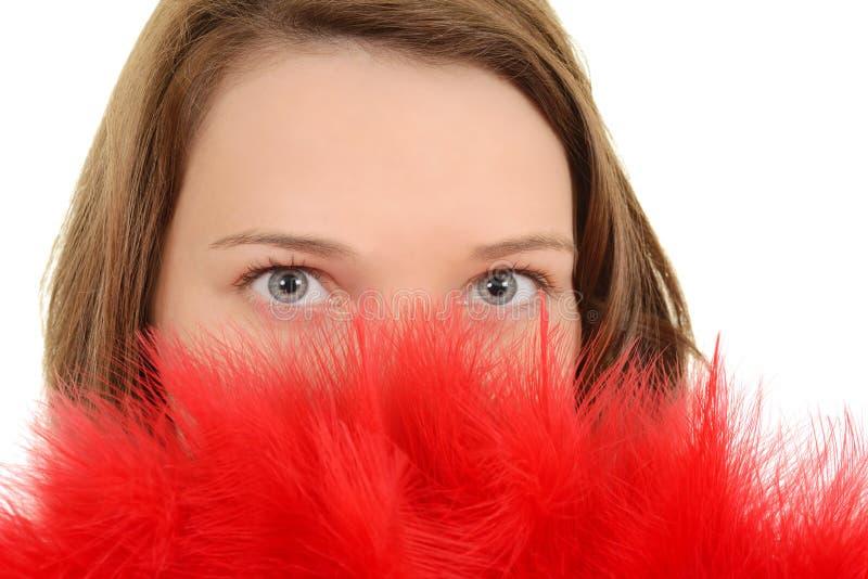 Donna del primo piano con il ventilatore rosso della piuma fotografia stock libera da diritti