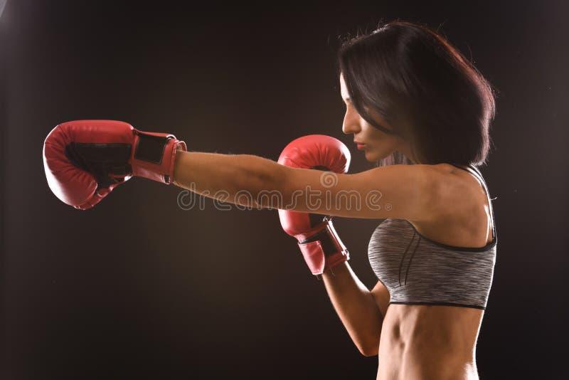 Donna del pugile con i guantoni da pugile rossi sopra fotografie stock