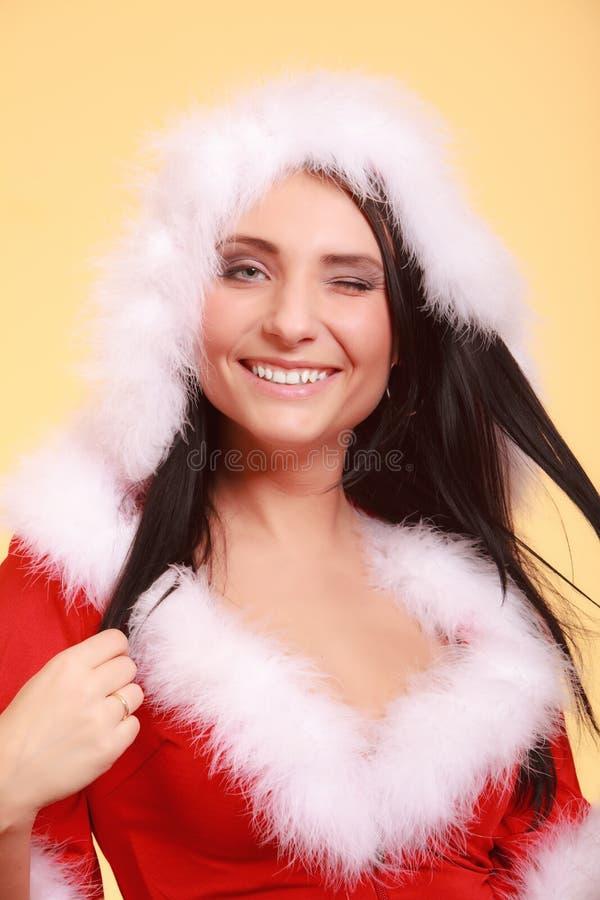 Donna del ritratto che porta il costume del Babbo Natale su giallo immagini stock libere da diritti