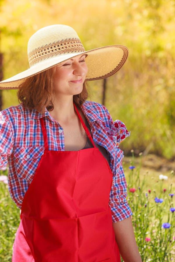 Donna del ritratto con il cappello in giardino immagine stock