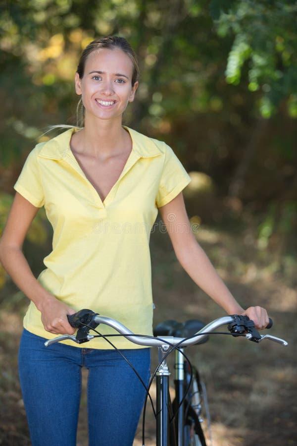 Donna del ritratto con pushbike immagini stock