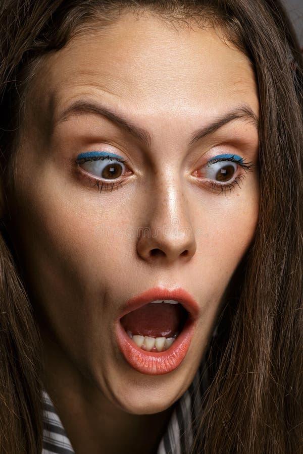 Donna del ritratto del caucasian sorpreso isolato su backgroun grigio fotografie stock libere da diritti
