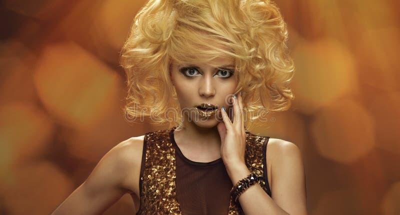 Donna del ritratto di bellezza con trucco dorato fotografia stock libera da diritti