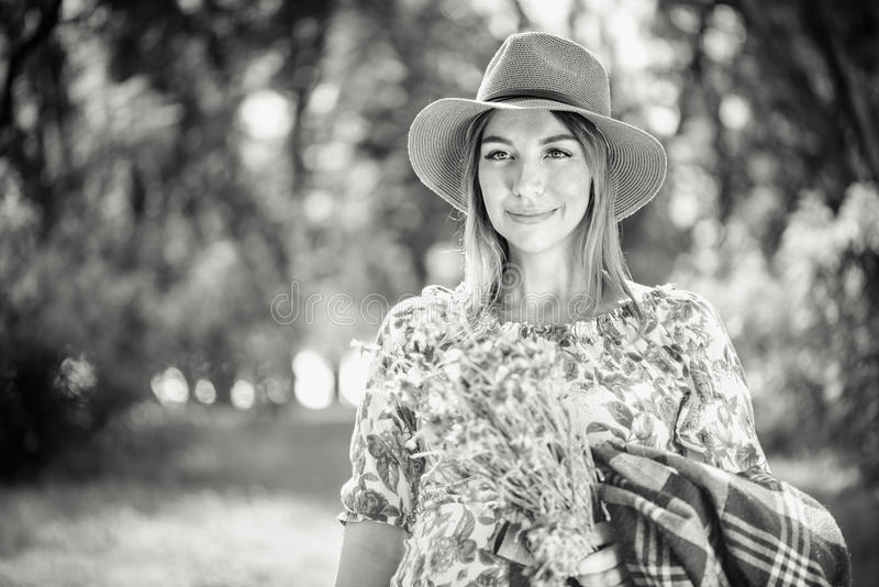 Donna del ritratto nel parco immagine stock