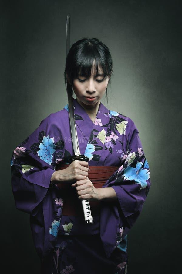 Donna del samurai con la spada di katana immagini stock