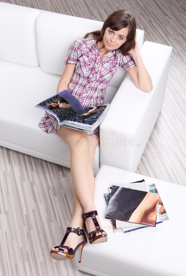 donna del sofà della lettura dello scomparto di modo fotografia stock