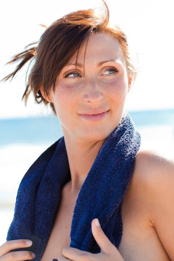 Donna del tovagliolo di sport della spiaggia fotografie stock
