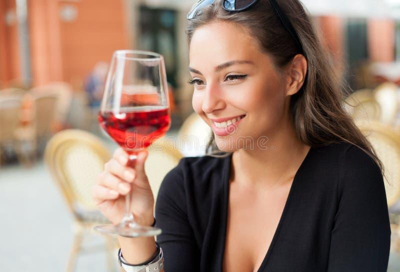 Donna del turista dell'assaggio di vino fotografie stock