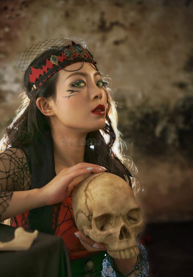 Donna del vampiro con lo scheletro fotografia stock