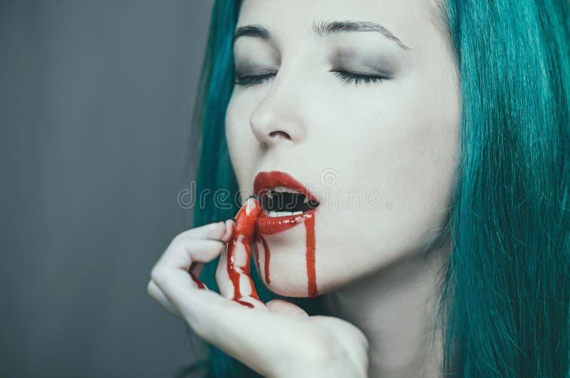 Donna del vampiro nel sangue immagine stock
