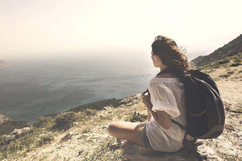 Donna del viaggiatore che guarda e che medita la vista spettacolare immagini stock libere da diritti