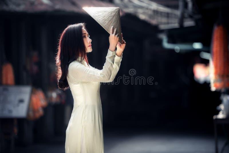 Donna del Vietnam in vestito tradizionale da ao DAI Vietnam fotografia stock libera da diritti