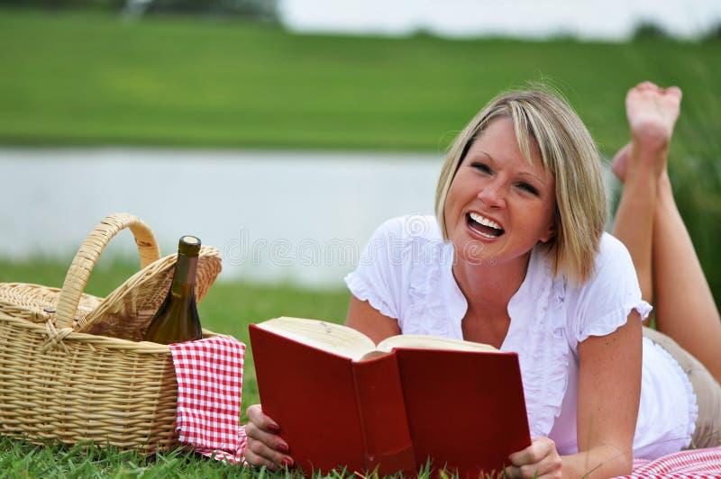 donna del vino di picnic del libro fotografie stock