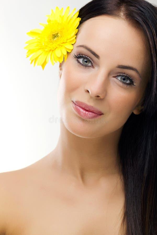 Donna del youngl di Beautifu con i fiori gialli in capelli immagini stock libere da diritti