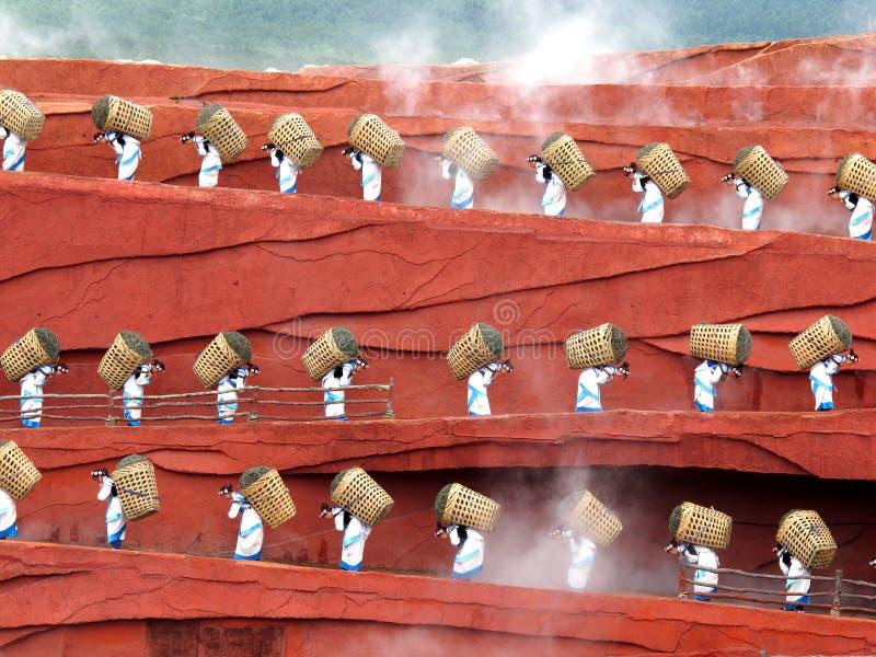 Donna del Yunnan con il cestino fotografie stock