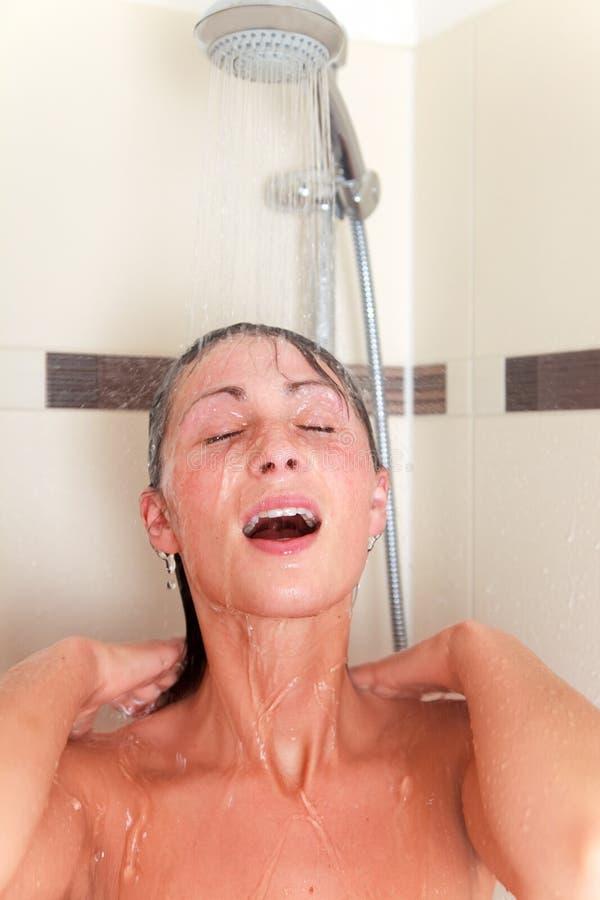 Donna dell'acquazzone immagine stock