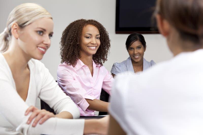 Donna dell'afroamericano alla riunione d'affari immagine stock
