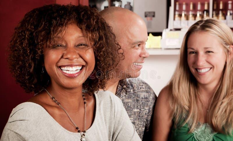 Donna dell'afroamericano con gli amici fotografie stock
