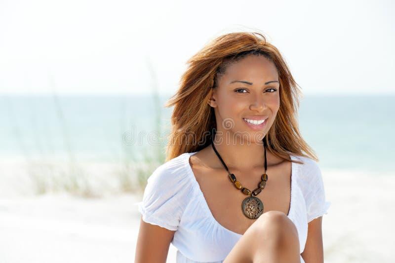 Donna dell'afroamericano su una spiaggia immagini stock