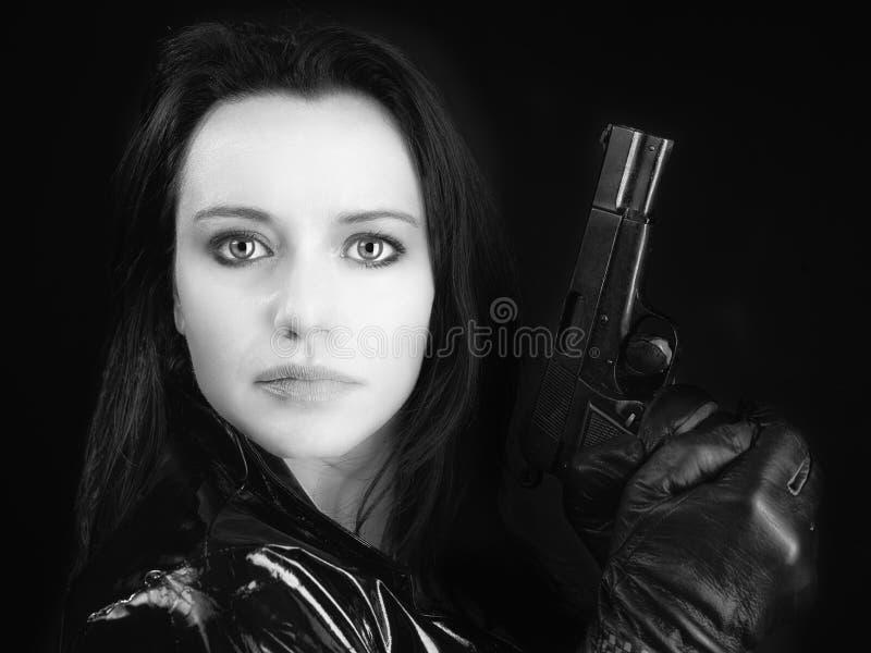 Donna dell'agente segreto con la pistola fotografie stock