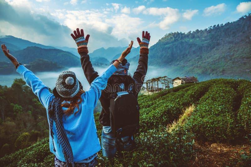 Donna dell'amante e natura asiatica di viaggio dell'uomo Il viaggio si rilassa Parco naturale sul Moutain thailand fotografia stock libera da diritti