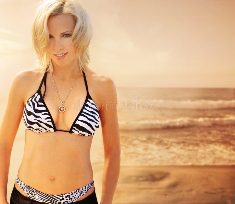 Donna dell'annata alla spiaggia fotografie stock libere da diritti