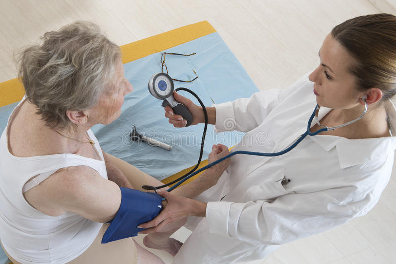 Donna dell'anziano di pressione sanguigna fotografia stock libera da diritti