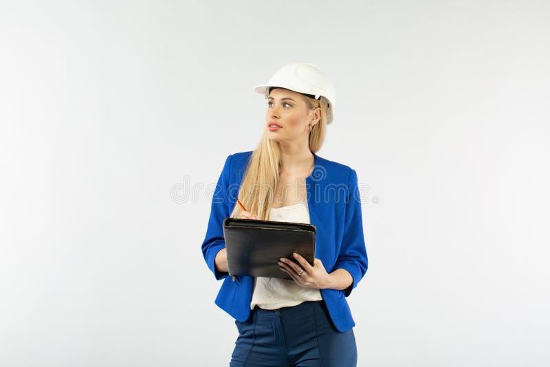 Donna dell'appaltatore del lavoratore su fondo bianco Il costruttore del caporeparto che accetta o che controlla il lavoro immagini stock