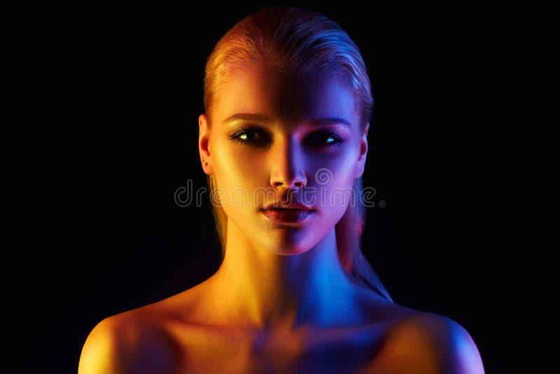 Donna dell'arcobaleno Bella ragazza a colori le luci immagine stock libera da diritti