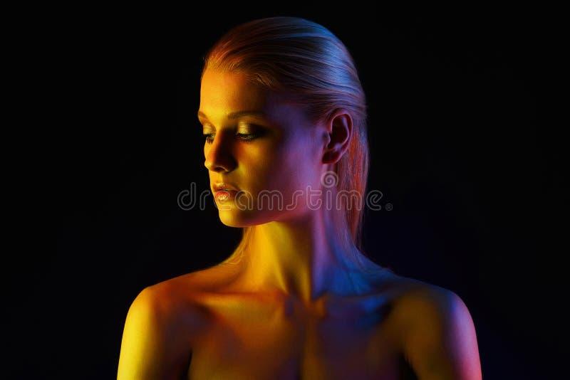 Donna dell'arcobaleno Bella ragazza a colori le luci fotografie stock libere da diritti