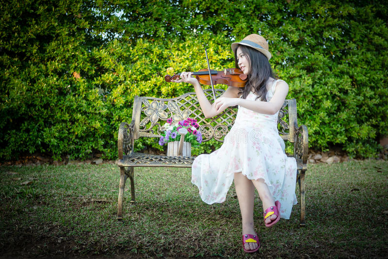 Donna dell'Asia che gioca violino fotografie stock libere da diritti