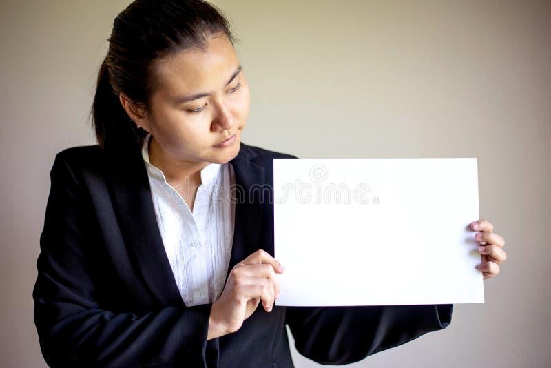 Donna dell'Asia che tiene Libro Bianco in bianco fotografie stock libere da diritti