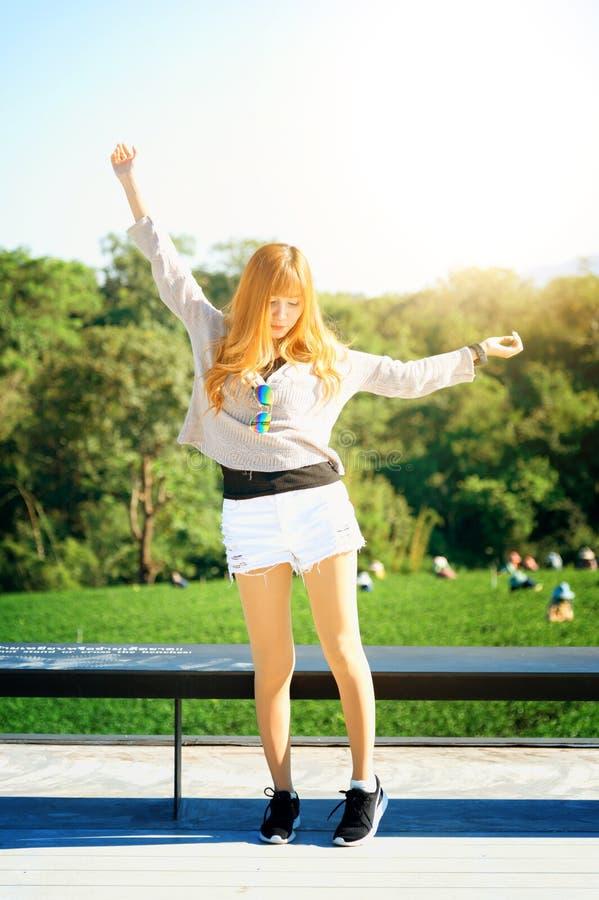 Donna dell'Asia sul punto di vista al chuifong Tailandia del giardino di tè fotografie stock libere da diritti