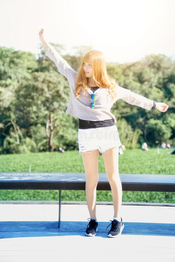 Donna dell'Asia sul punto di vista al chuifong Tailandia del giardino di tè immagine stock libera da diritti