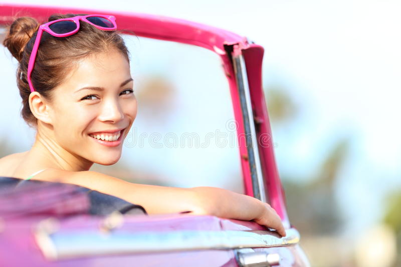 Donna dell'automobile felice in automobile dell'annata immagine stock