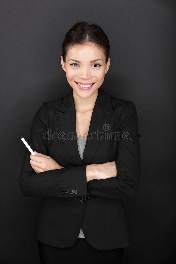 Donna dell'insegnante con il ritratto felice sorridente del gesso fotografia stock libera da diritti