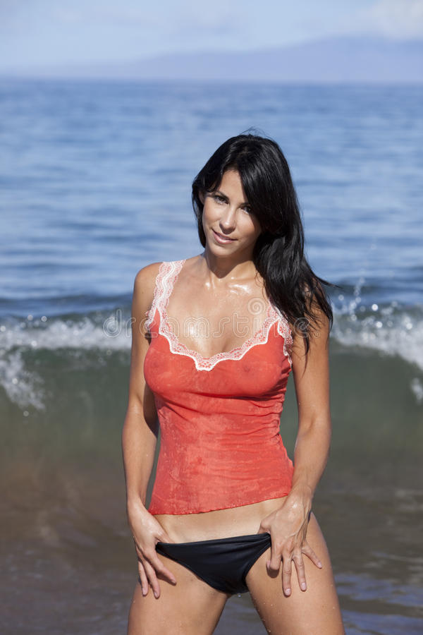 Donna dell'oceano che porta una parte superiore di serbatoio. fotografia stock libera da diritti