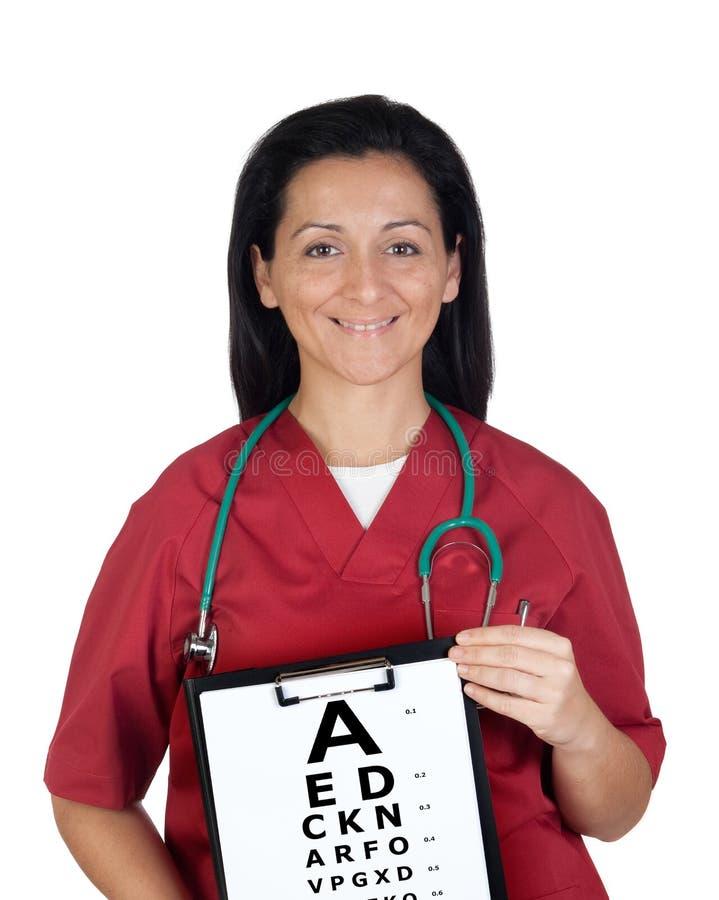 Donna dell'oculista con un grafico dell'esame di visione immagini stock